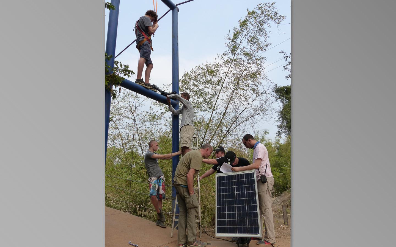 Un peu de gymnastique pour installer les panneaux solaires